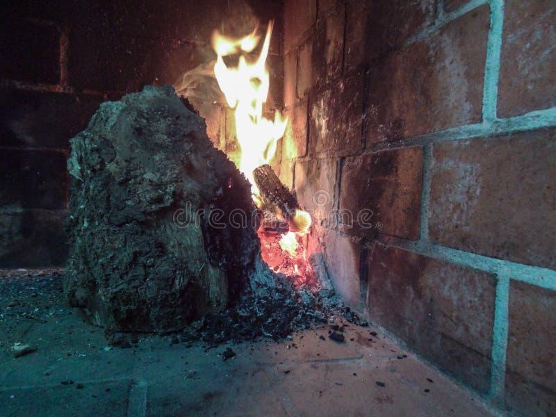 El diablo que oculta en las llamas fotografía de archivo