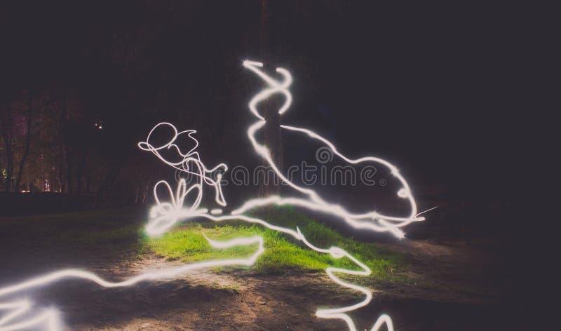 El dibujo abstracto de la noche se enciende en la calle imagenes de archivo