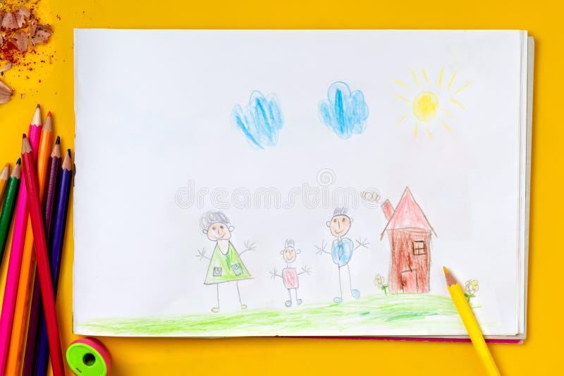 El dibujo del ` s de los niños es mi familia feliz El concepto de psicología infantil foto de archivo