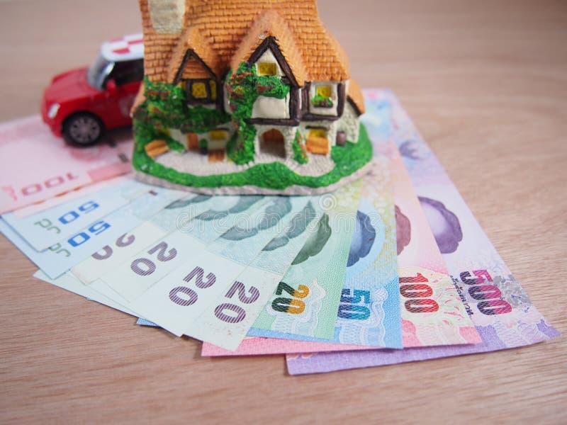 El dinero de los billetes de banco, gana y ahorra para una casa fotos de archivo libres de regalías