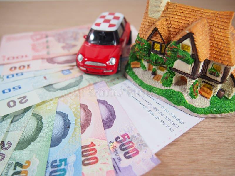 El dinero del ahorro explica una casa, un coche fotos de archivo