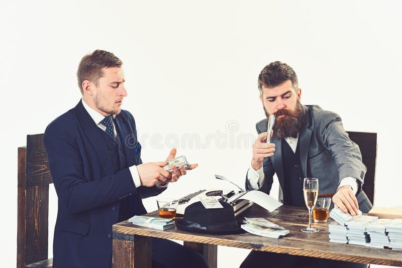 El dinero es dinero Hombres de negocios que cuentan el dinero del efectivo Hombres ocupados que planean el presupuesto de la comp imagen de archivo