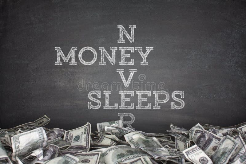 El dinero nunca duerme en fondo de la pizarra imágenes de archivo libres de regalías