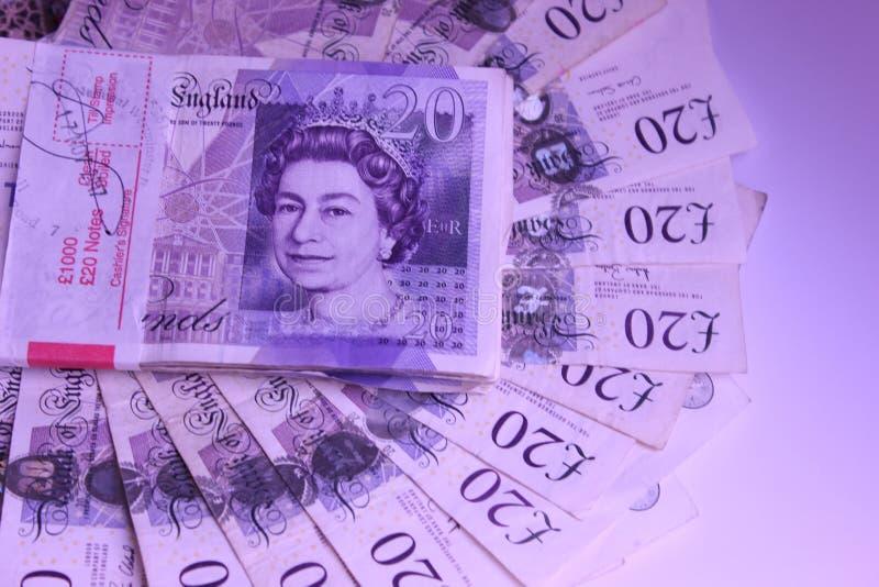 El dinero para gastar 1000 libras que mienten en renta de la tabla viaja fotografía de archivo