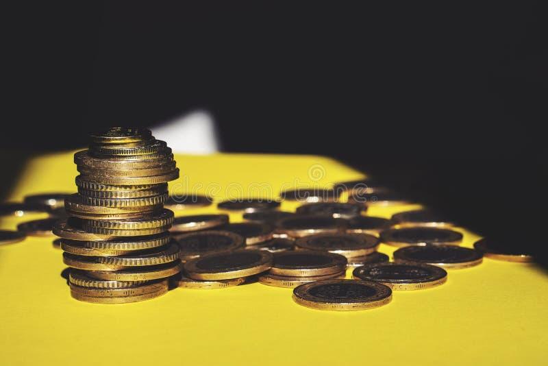 El dinero y la cuenta del ahorro financian el concepto del negocio del banco, concepto de la quiebra foto de archivo libre de regalías
