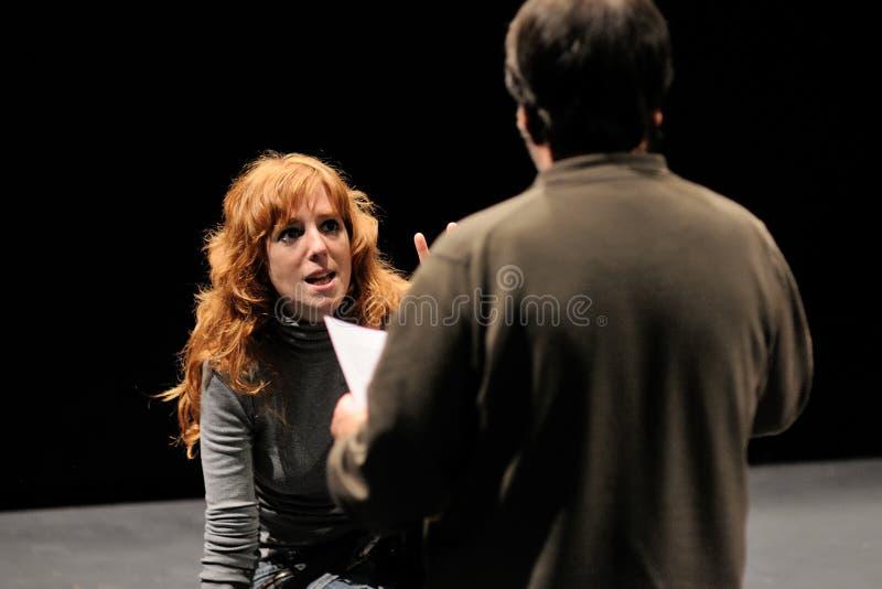 El director del instituto del teatro de Barcelona, enseña a su actriz en la comedia Shakespeare para los ejecutivos foto de archivo