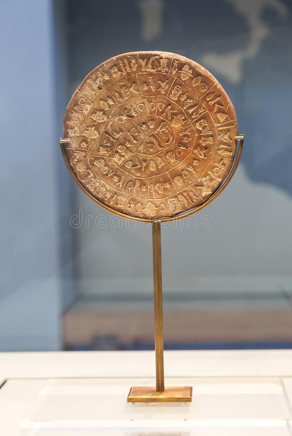 El disco de Phaistos es un disco de la arcilla encendida del palacio de Minoan de Phaistos, museo arqueológico de Heraklion crete fotos de archivo libres de regalías