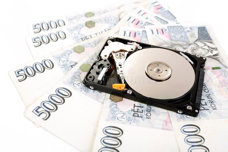 El disco duro abierto, con los billetes de banco checos del dinero imagen de archivo