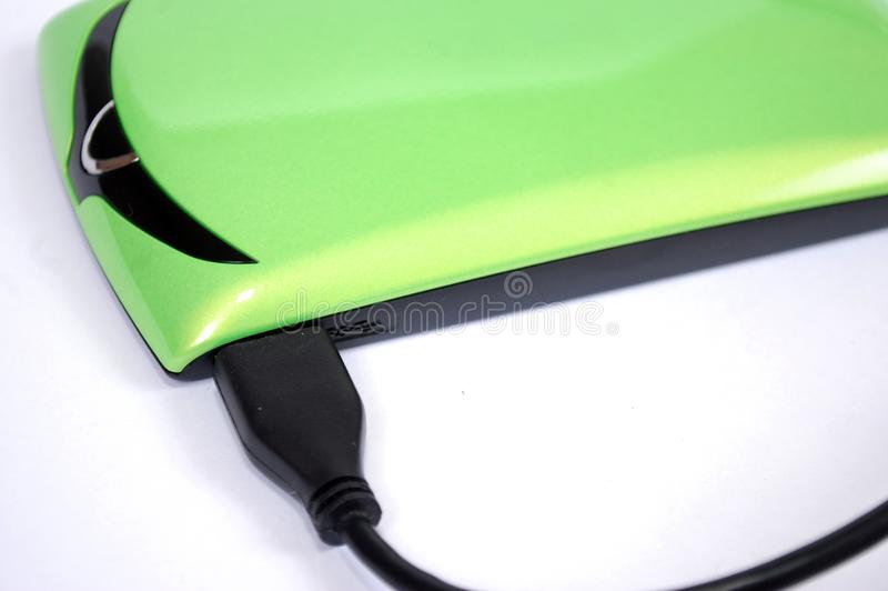 El disco duro portátil para el ordenador con el alambre conectado en un fondo blanco imagen de archivo libre de regalías
