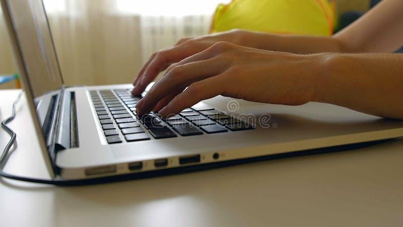 El diseñador de la mujer dibuja en una tableta de gráficos Mujer que trabaja con el ordenador portátil en oficina en casa imágenes de archivo libres de regalías