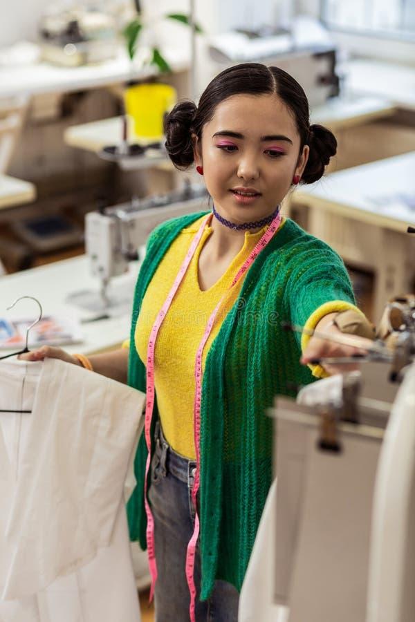 El diseñador de moda asiático lindo con la sensación brillante de las pulseras contentó foto de archivo