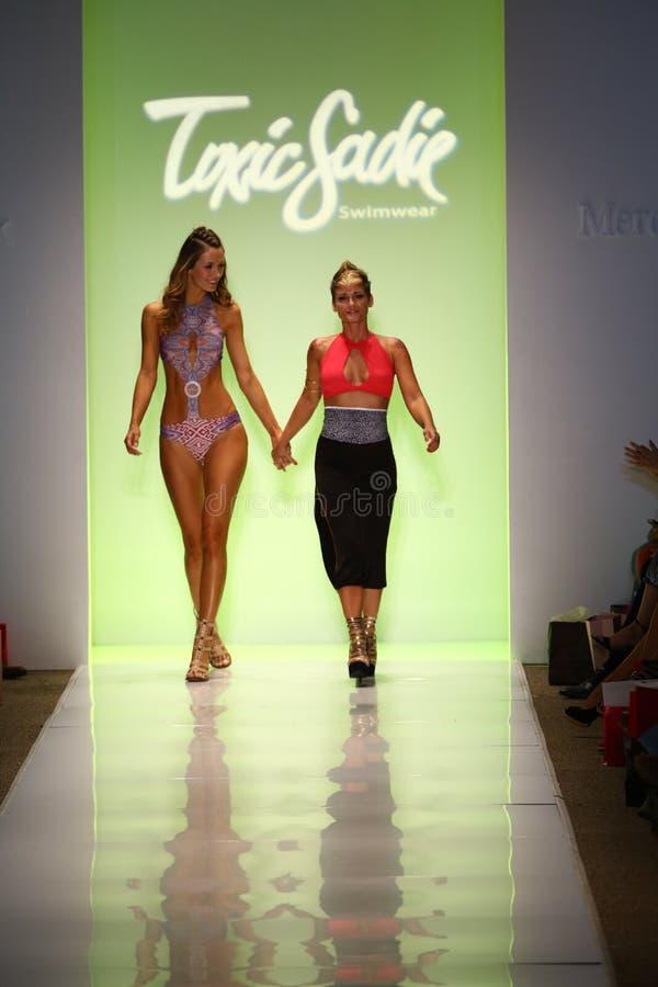 El diseñador Erin Thomas (r) y la pista modelo de los paseos en el desfile de moda tóxico de Sadie durante MBFW nadan 2015 fotografía de archivo libre de regalías