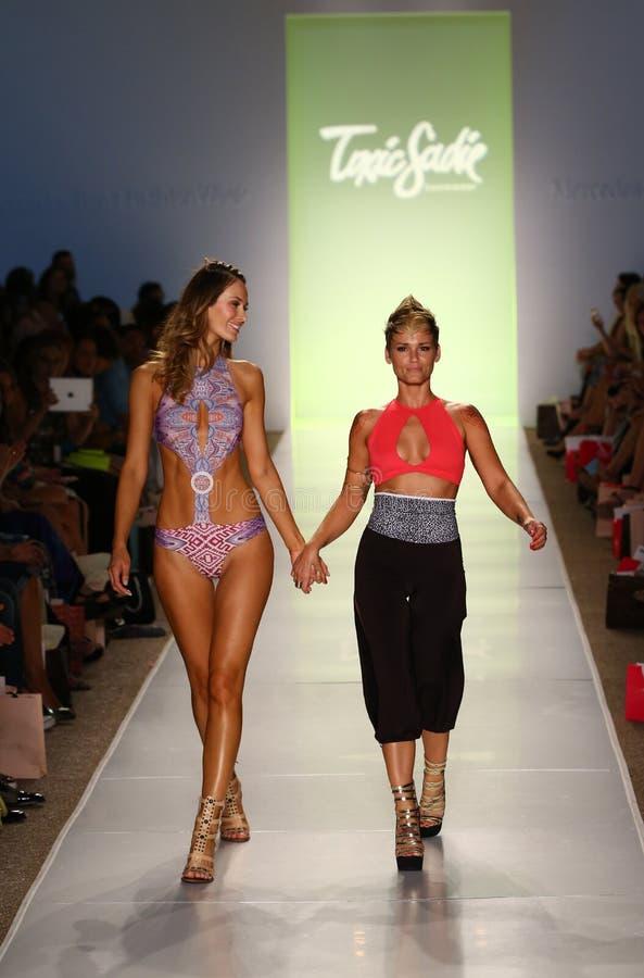 El diseñador Erin Thomas (r) y la pista modelo de los paseos en el desfile de moda tóxico de Sadie durante MBFW nadan 2015 imagen de archivo