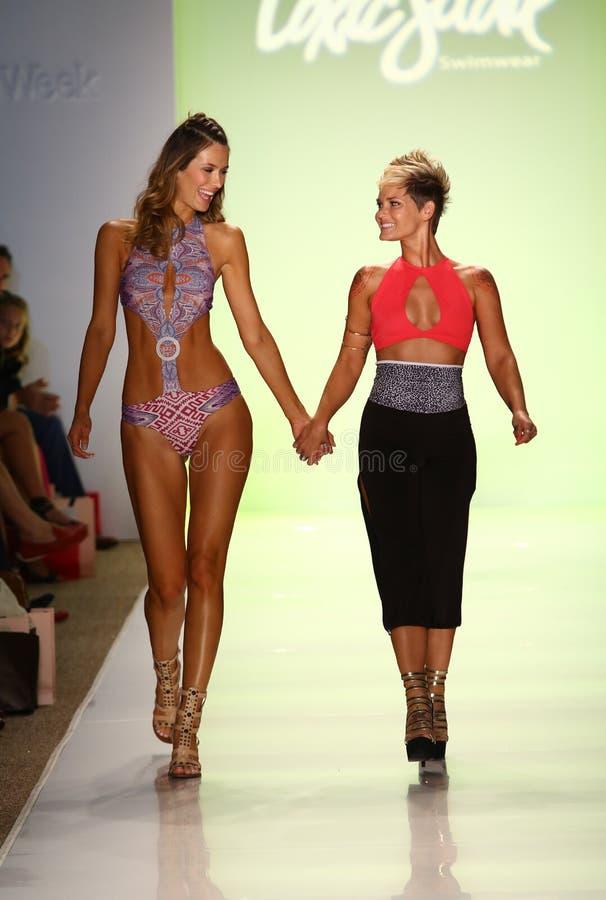 El diseñador Erin Thomas (r) y la pista modelo de los paseos en el desfile de moda tóxico de Sadie durante MBFW nadan 2015 fotos de archivo libres de regalías