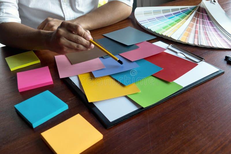 El diseñador gráfico elige colores de las muestras de las bandas del color para el diseño Concepto de trabajo de la creatividad g imágenes de archivo libres de regalías