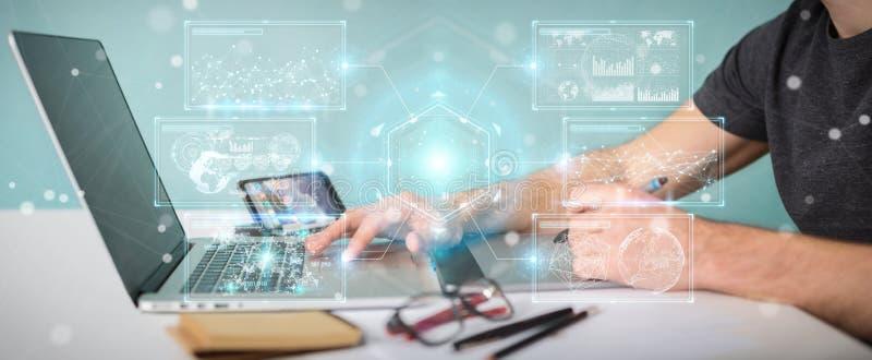 El diseñador gráfico que usa las pantallas digitales interconecta con los hologramas stock de ilustración