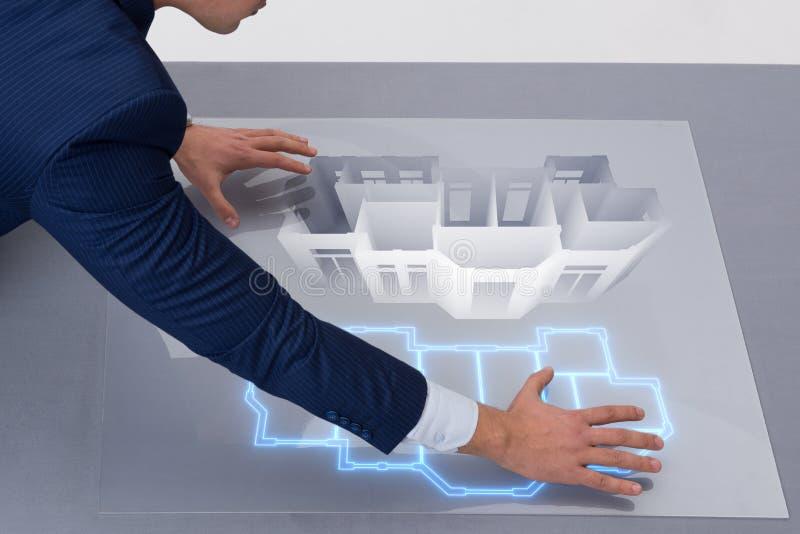 El diseñador que trabaja en diseño futurista del apartamento 3d fotografía de archivo