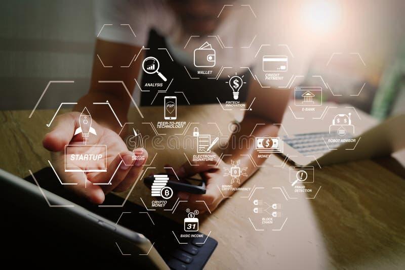 el diseñador que usa el teléfono elegante y el teclado atracan la tableta digital con stock de ilustración