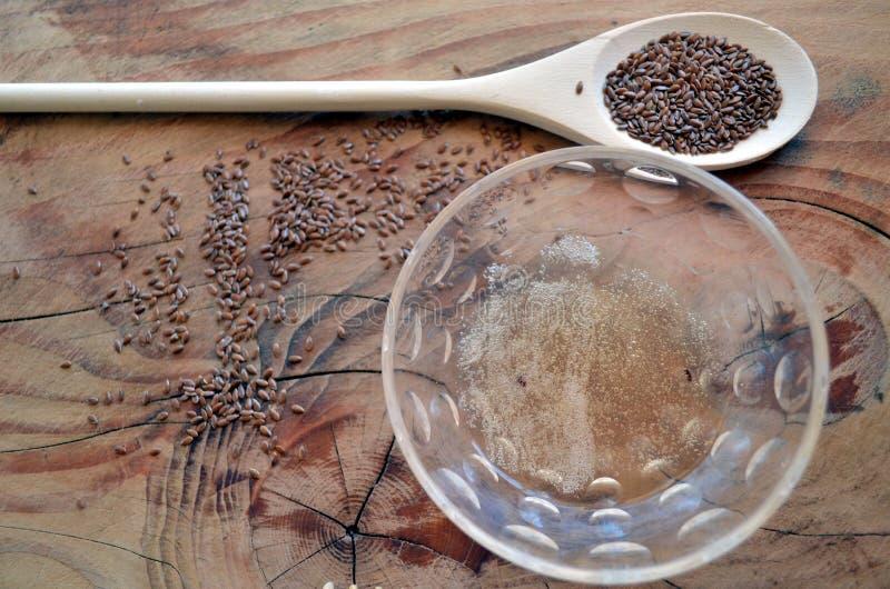 El diseñar natural para el pelo rizado y ondulado: gel de la linaza en bol de vidrio fotografía de archivo