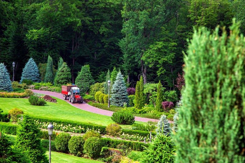 El diseño del paisaje del patio trasero de la mansión imagenes de archivo