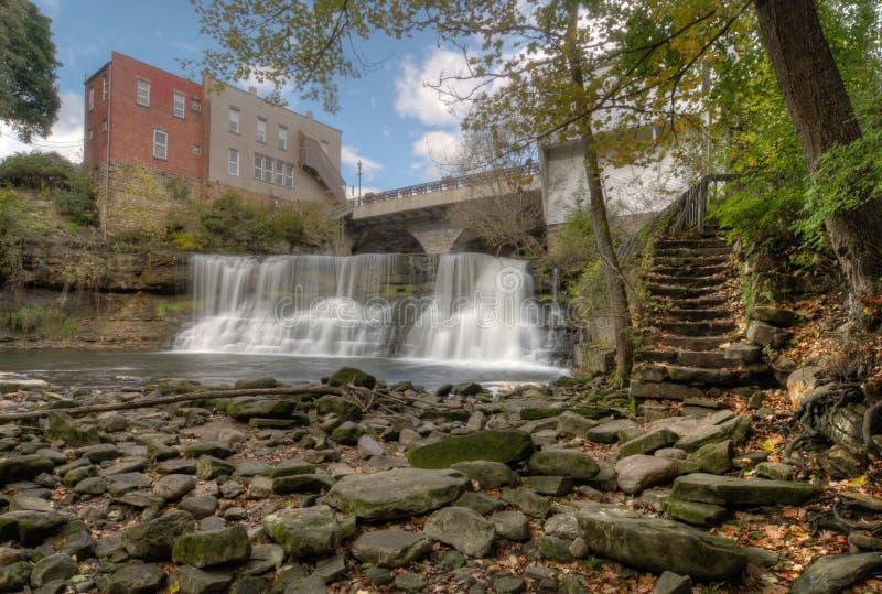 El disgusto baja cascada de Ohio foto de archivo