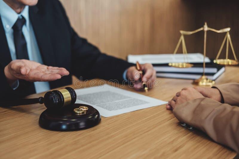 El divorcio del matrimonio en decidir del mazo del juez, la consulta entre una empresaria y un abogado o un juez masculino consul foto de archivo