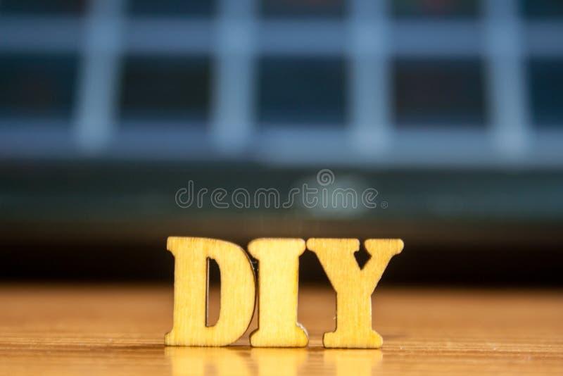 El ` diy del ` de la palabra hecho de letras de madera foto de archivo