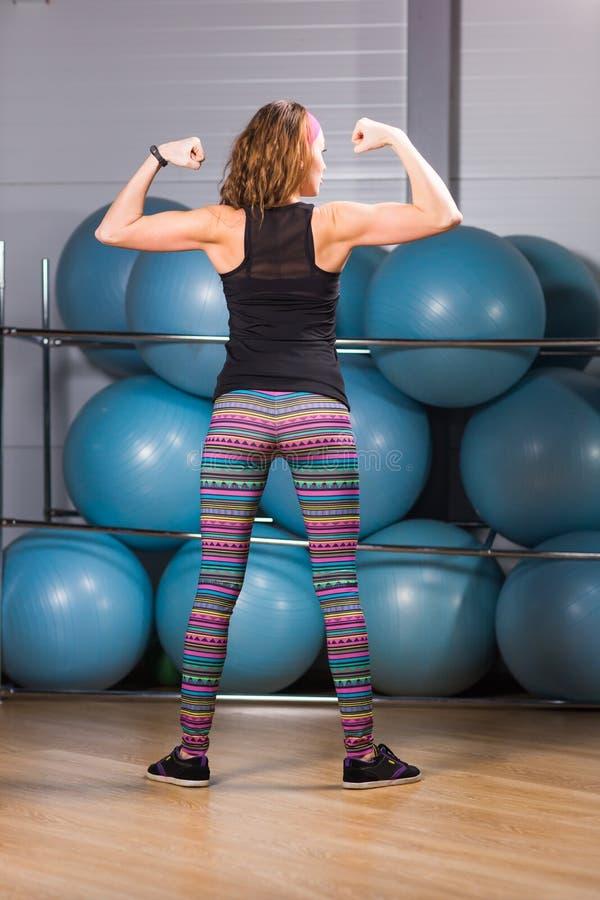 El doblar trasero muscular femenino del ` s del culturista foto de archivo libre de regalías