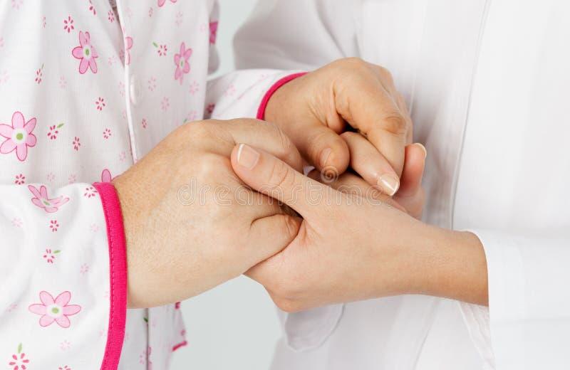 El doctor ayuda al paciente imágenes de archivo libres de regalías