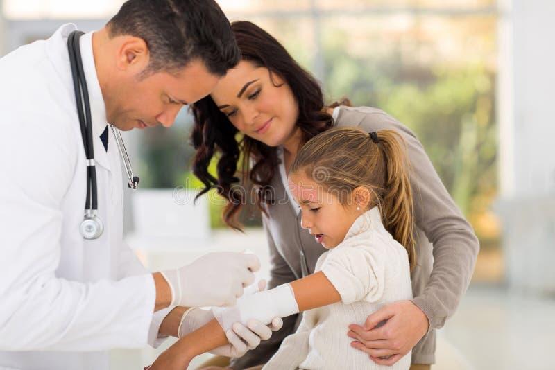 El doctor Bandaging Patient imagen de archivo