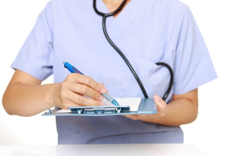 El doctor completa la carta médica foto de archivo libre de regalías