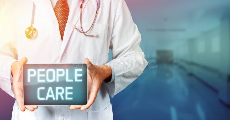 El doctor con el estetoscopio usando la tableta con la gente cuida el texto Concepto de la medicina fotografía de archivo