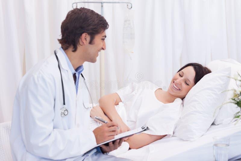 El doctor consiguió las buenas noticias para su paciente foto de archivo