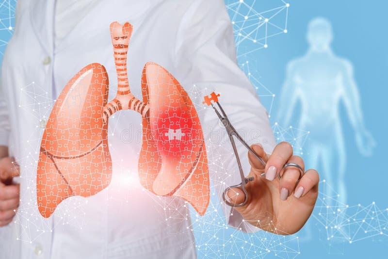 El doctor cura los pulmones imagenes de archivo