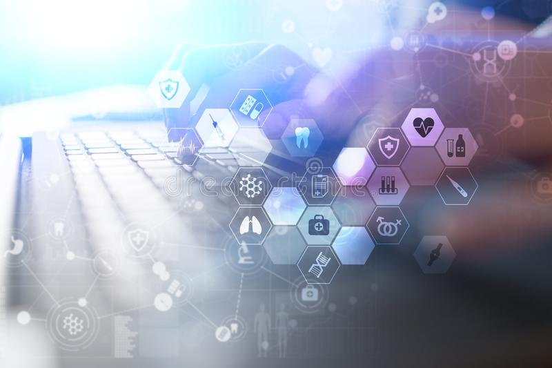 El doctor de la medicina está utilizando el interfaz moderno de la pantalla virtual del ordenador EHP, EMR, historial médico elec libre illustration