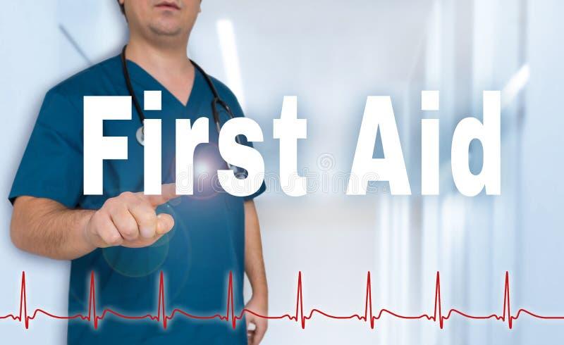 El doctor de los primeros auxilios muestra en espectador con concepto del ritmo cardíaco fotos de archivo