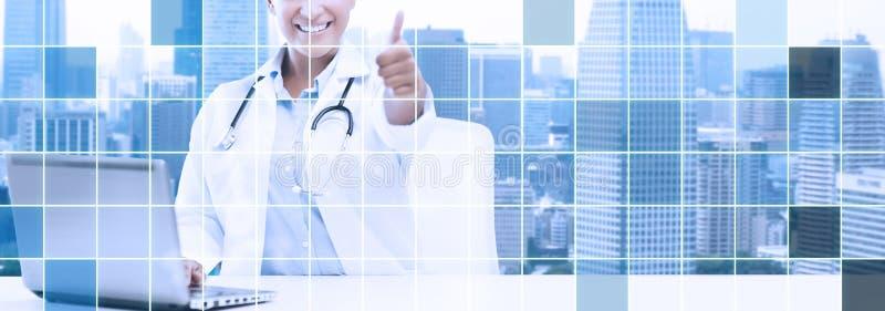 El doctor de sexo femenino africano con el ordenador portátil muestra los pulgares para arriba libre illustration