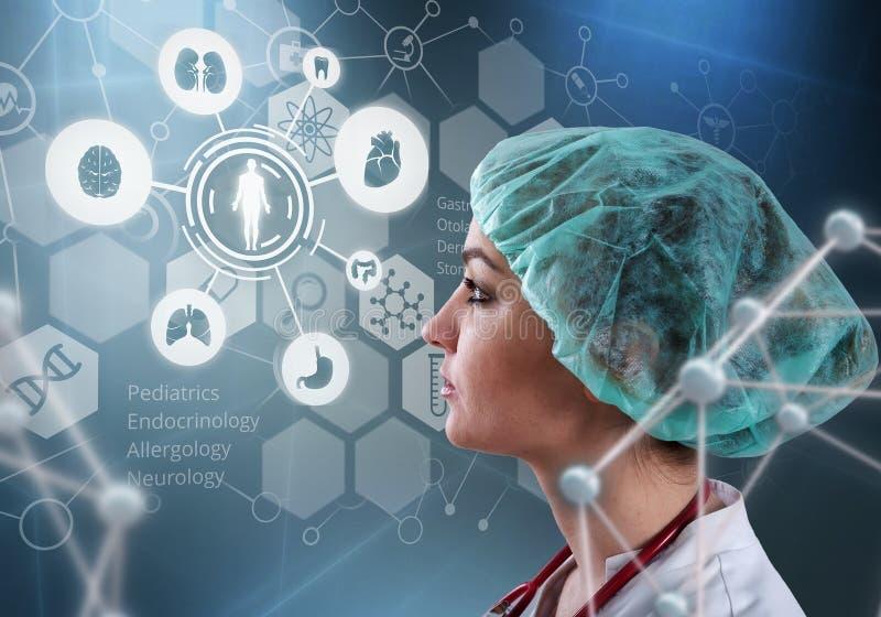 El doctor de sexo femenino hermoso y el ordenador virtual interconectan en el ejemplo 3D foto de archivo