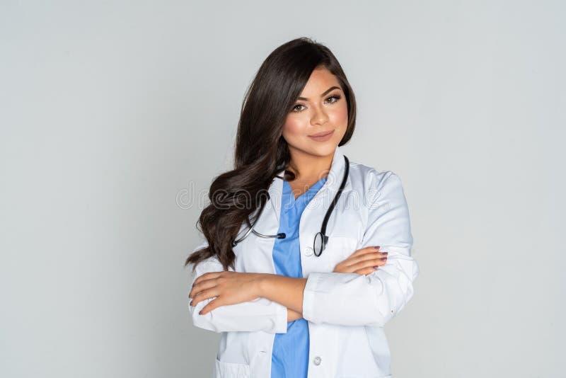 El doctor de sexo femenino hispánico In A Hospital imagen de archivo