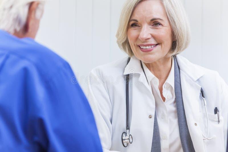 El doctor de sexo femenino mayor With Male Patient foto de archivo