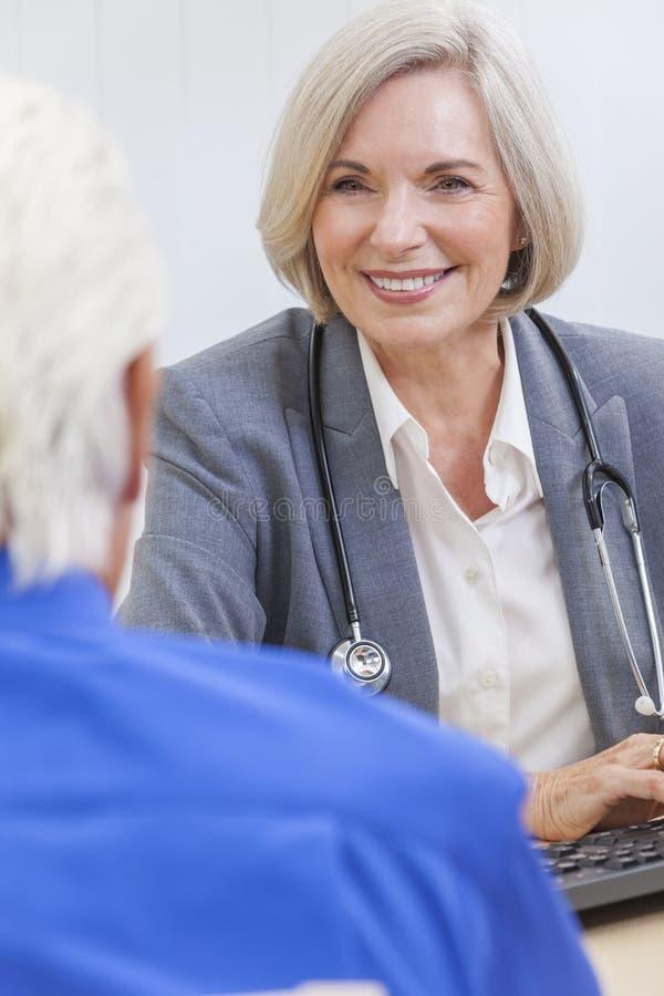 El doctor de sexo femenino mayor With Male Patient fotos de archivo