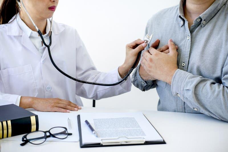 El doctor de sexo femenino que comprueba el golpe de corazón del paciente y recomienda la invitación imágenes de archivo libres de regalías