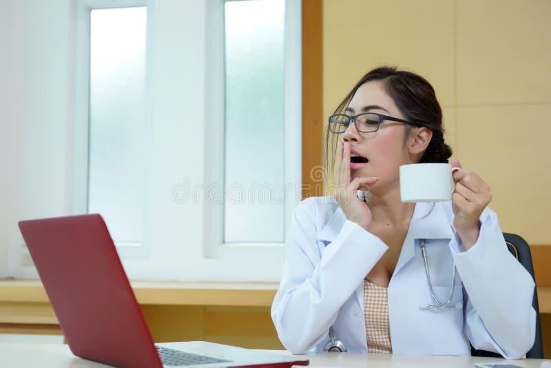 El doctor de sexo femenino tenía un día muy de agotamiento en el trabajo fotografía de archivo