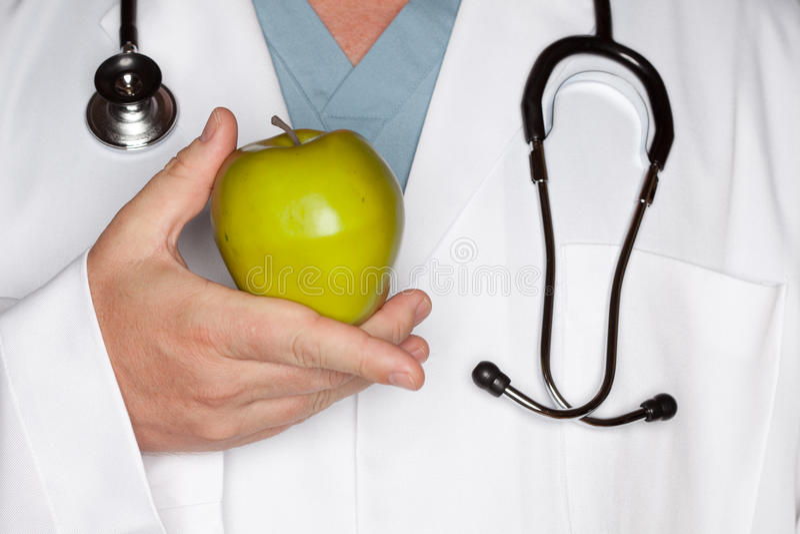 El doctor de sexo masculino Holding Green Apple imagen de archivo libre de regalías