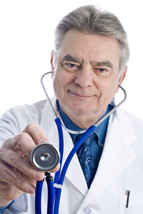 El doctor de sexo masculino Holding un estetoscopio imagenes de archivo
