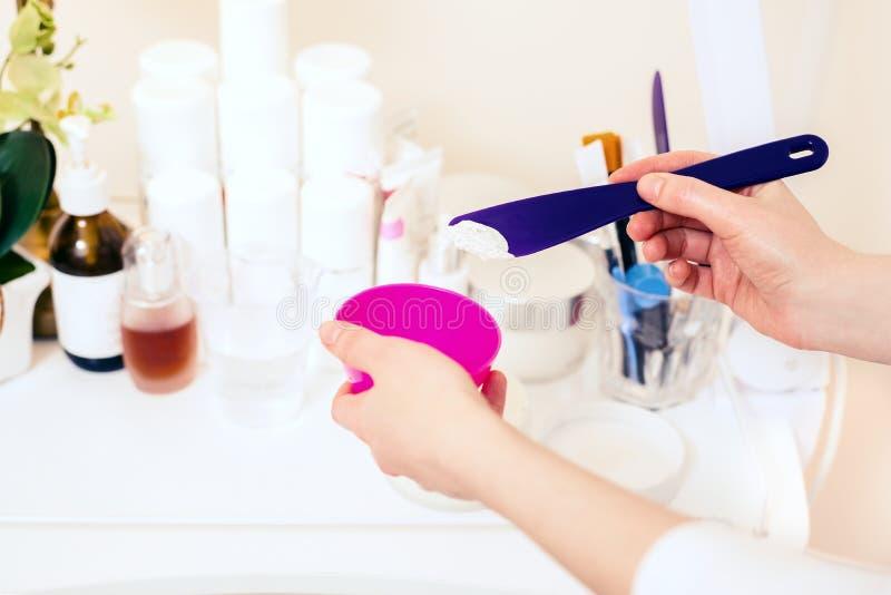 El doctor del cosmetólogo mezcla la crema para los procedimientos Salón del cuidado de piel del balneario imagen de archivo