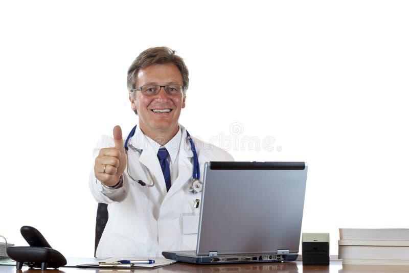 El doctor envejecido acertado en la explotación agrícola del escritorio manosea con los dedos para arriba imagen de archivo