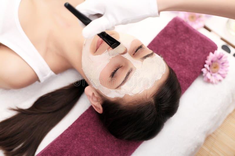 El doctor es un cosmetologist para el procedimiento del limpiamiento y imágenes de archivo libres de regalías