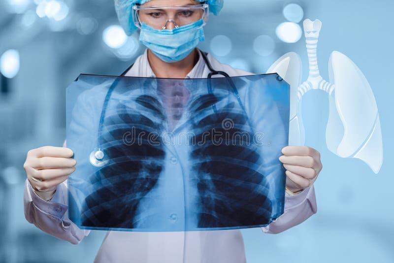El doctor examina los pulmones de los pacientes en fondo borroso imágenes de archivo libres de regalías