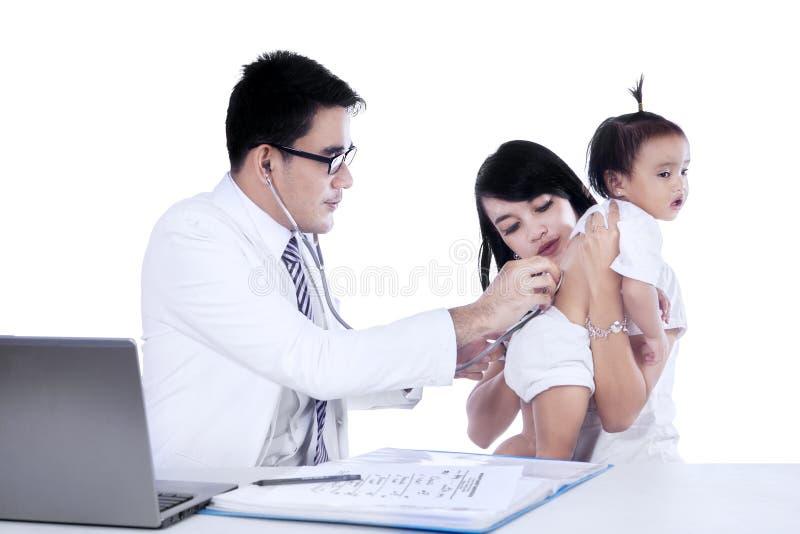 El doctor examina a su paciente fotos de archivo libres de regalías